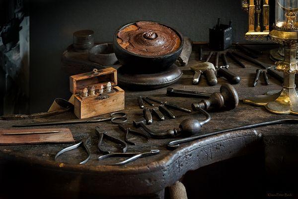 Arbeitsplatz und Werkzeug eines Goldschmied.