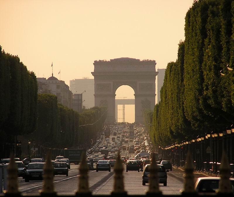 Arc de Triomphe in der Dämmerung