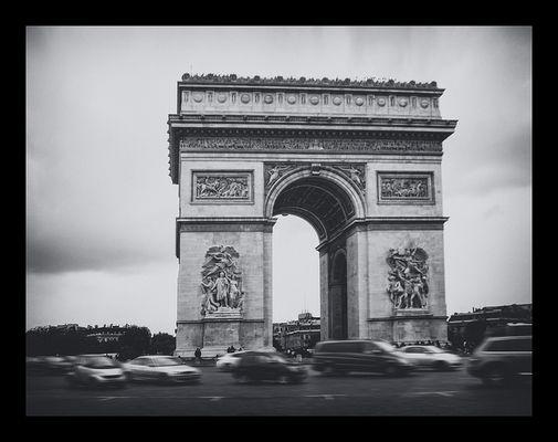Arc de Triomphe - Street life -