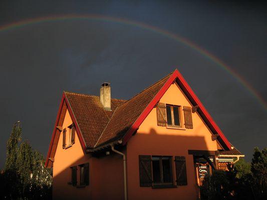 arc en ciel au-dessus de notre maison