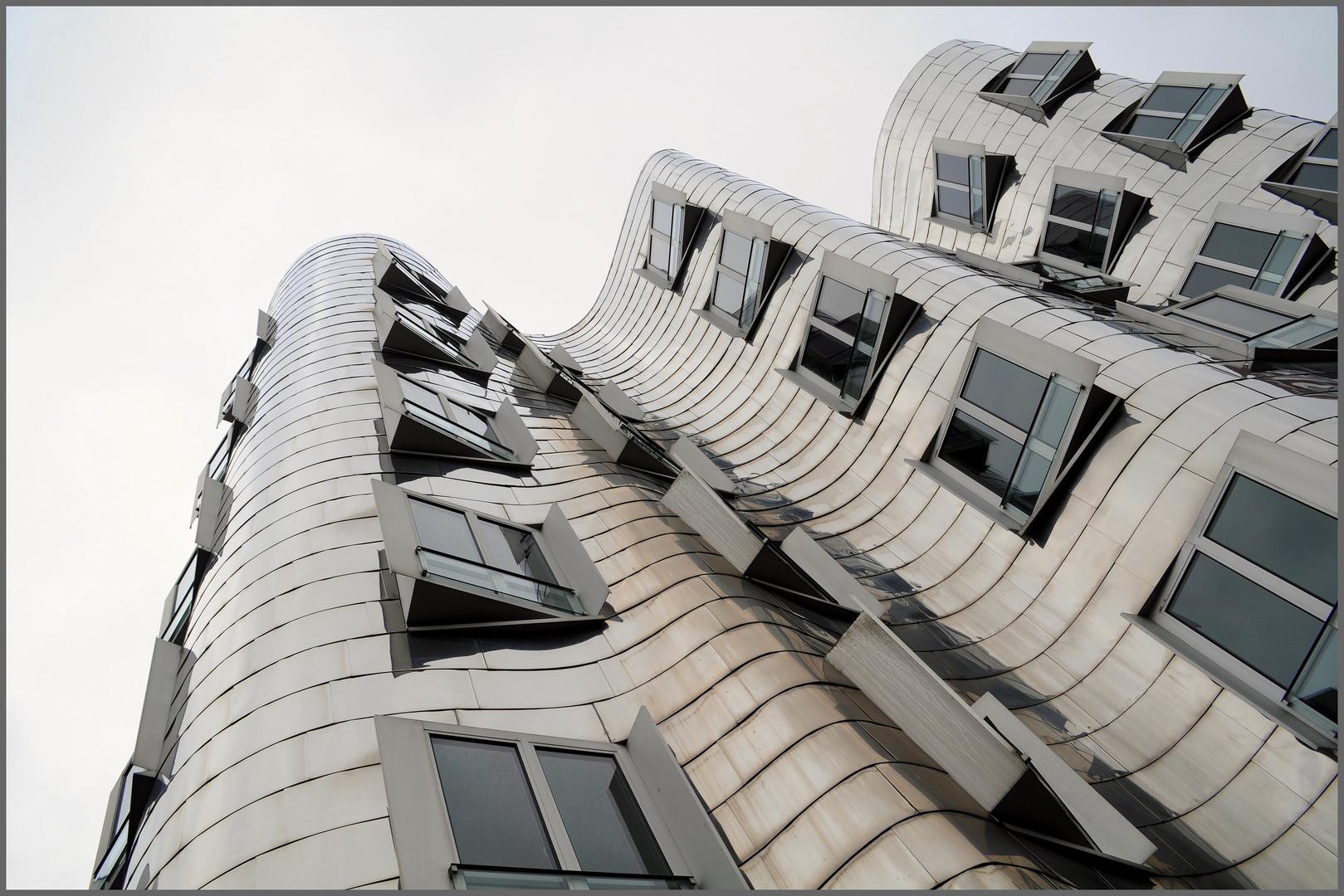 - Architektur in Wellen und Edelstahl -