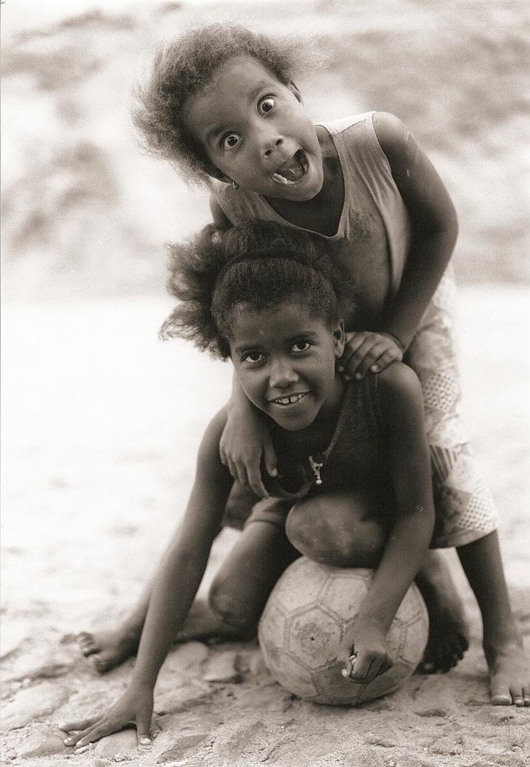 Archiv 32, Spielende Mädchen, Capo Verde, März 1998