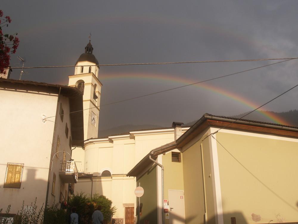 Arcobaleno su una piccola chiesa