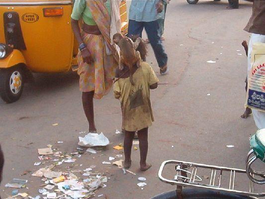Armes indisches Kind mit Äffchen