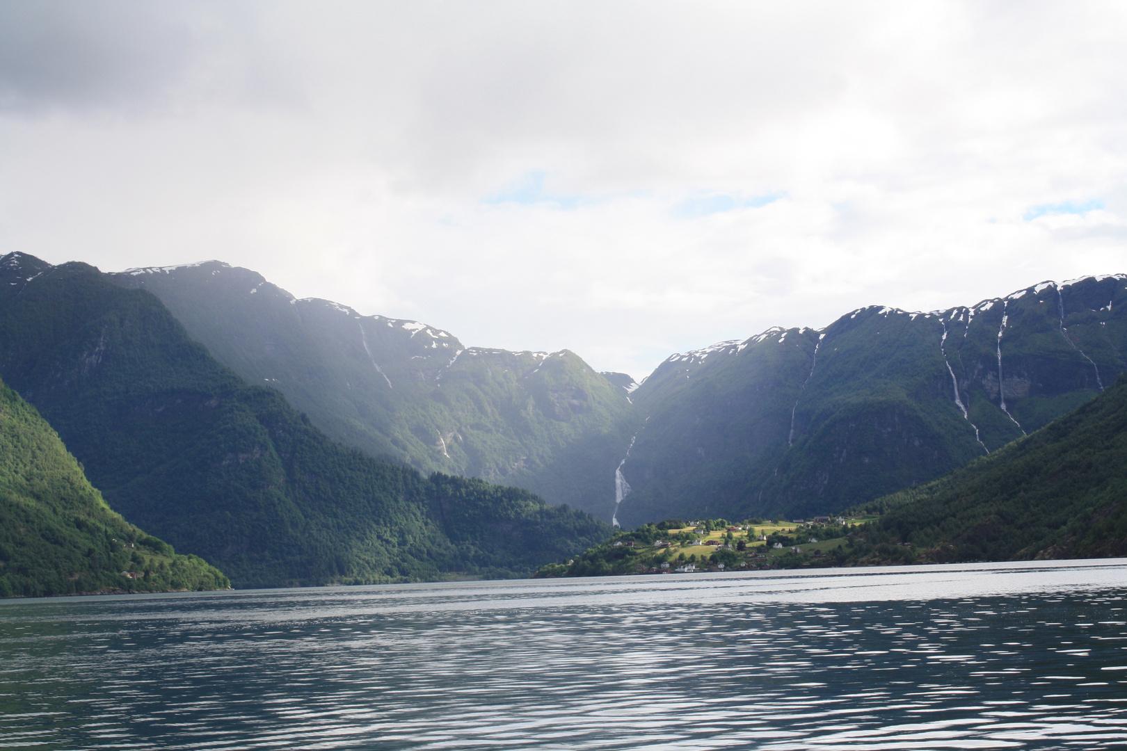 Arnafjord mit Blick auf den Ort Nesse