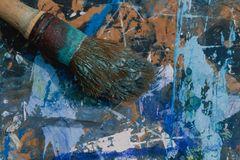 Arrangierte Fundstücke 1 (Pinsel auf blauer Malunterlage)
