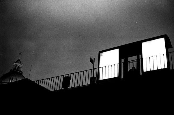 arrêt de bus dans la nuit à Santa Appollonia, lisbonne