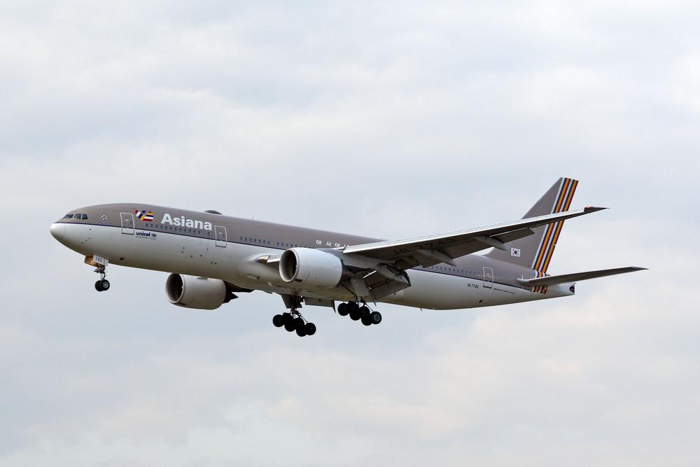 Asiana Airlines Boeing 777-28E(ER) (HL7742)