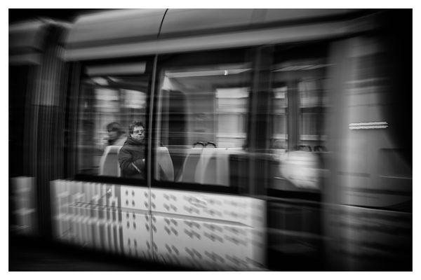 Assis dans le tramway