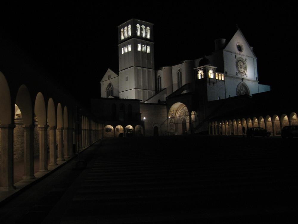 Assisi. Piazza inferiore di San Francesco- Notturno