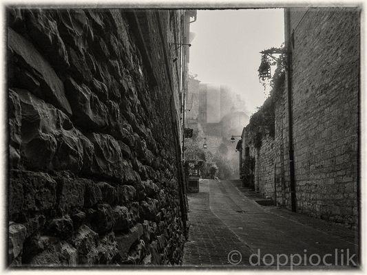 Assisi vicoli nella nebbia