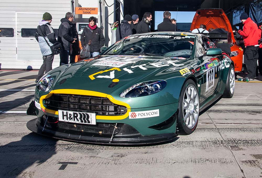 Aston Martin vor der Box