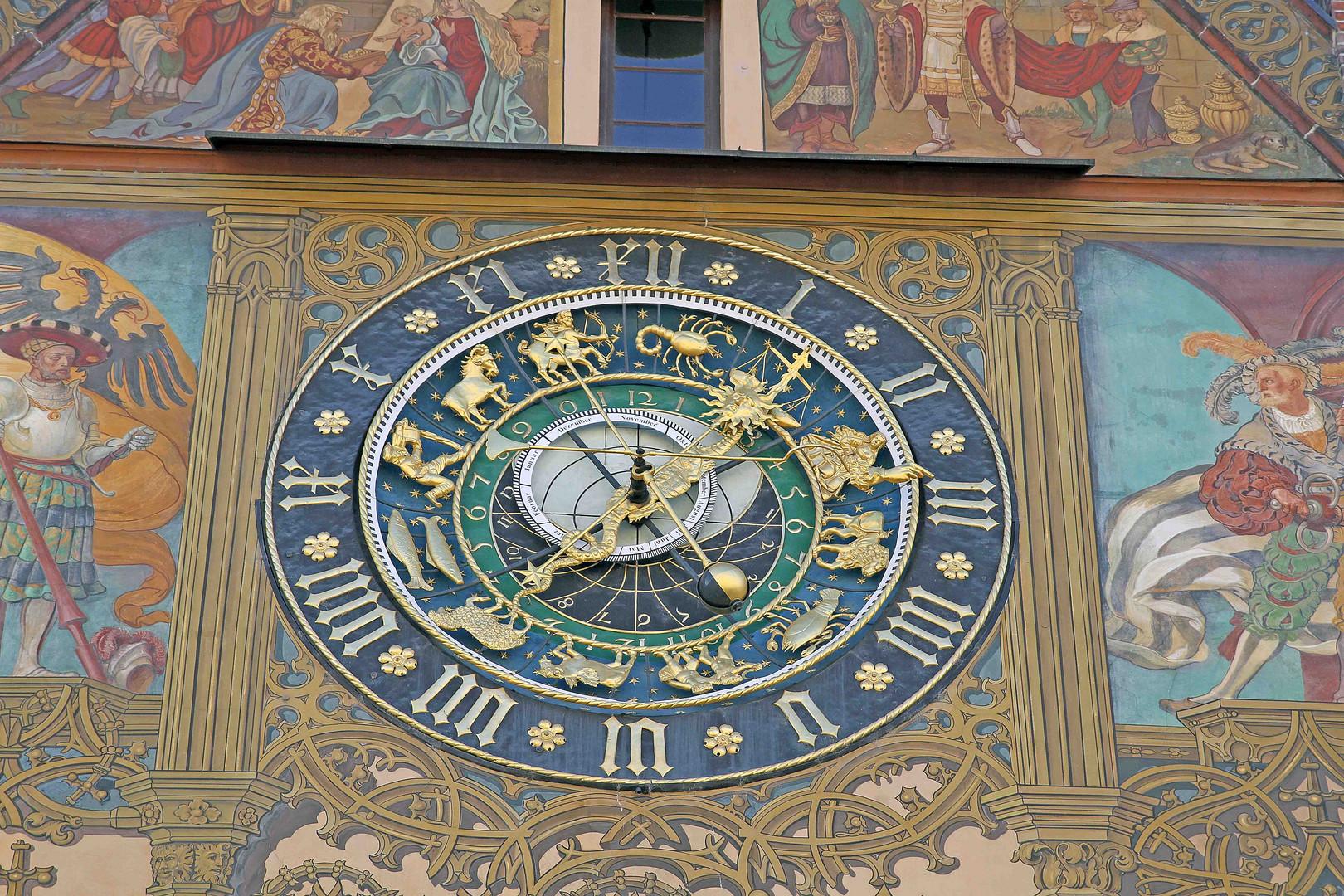 Astrologische Sonnenuhr auf dem Ulmer Rathaus