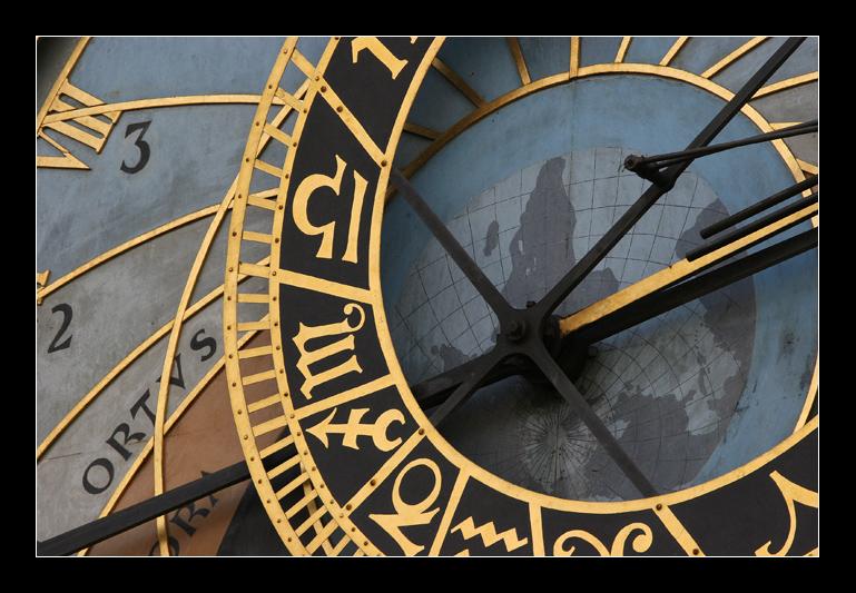 Astronomische Uhr (Orloj) auf der Südseite des Rathausturms in Prag