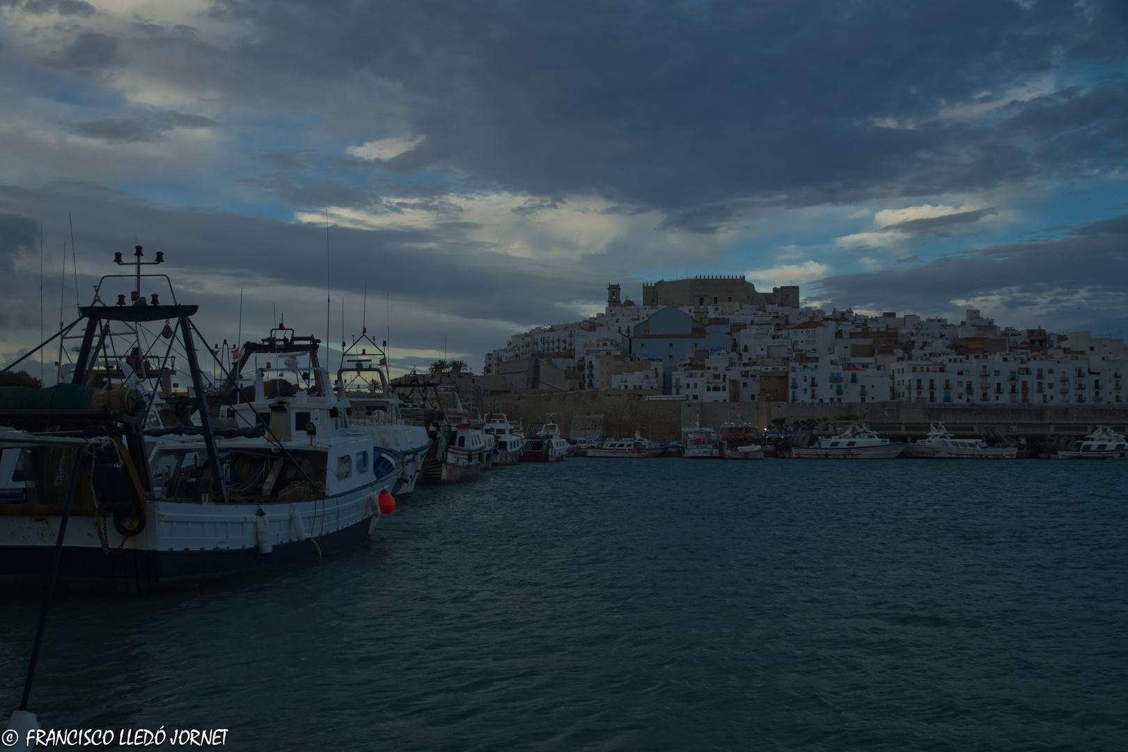 Atardecer en el puerto pesquero de la ciudad del Papa Luna.