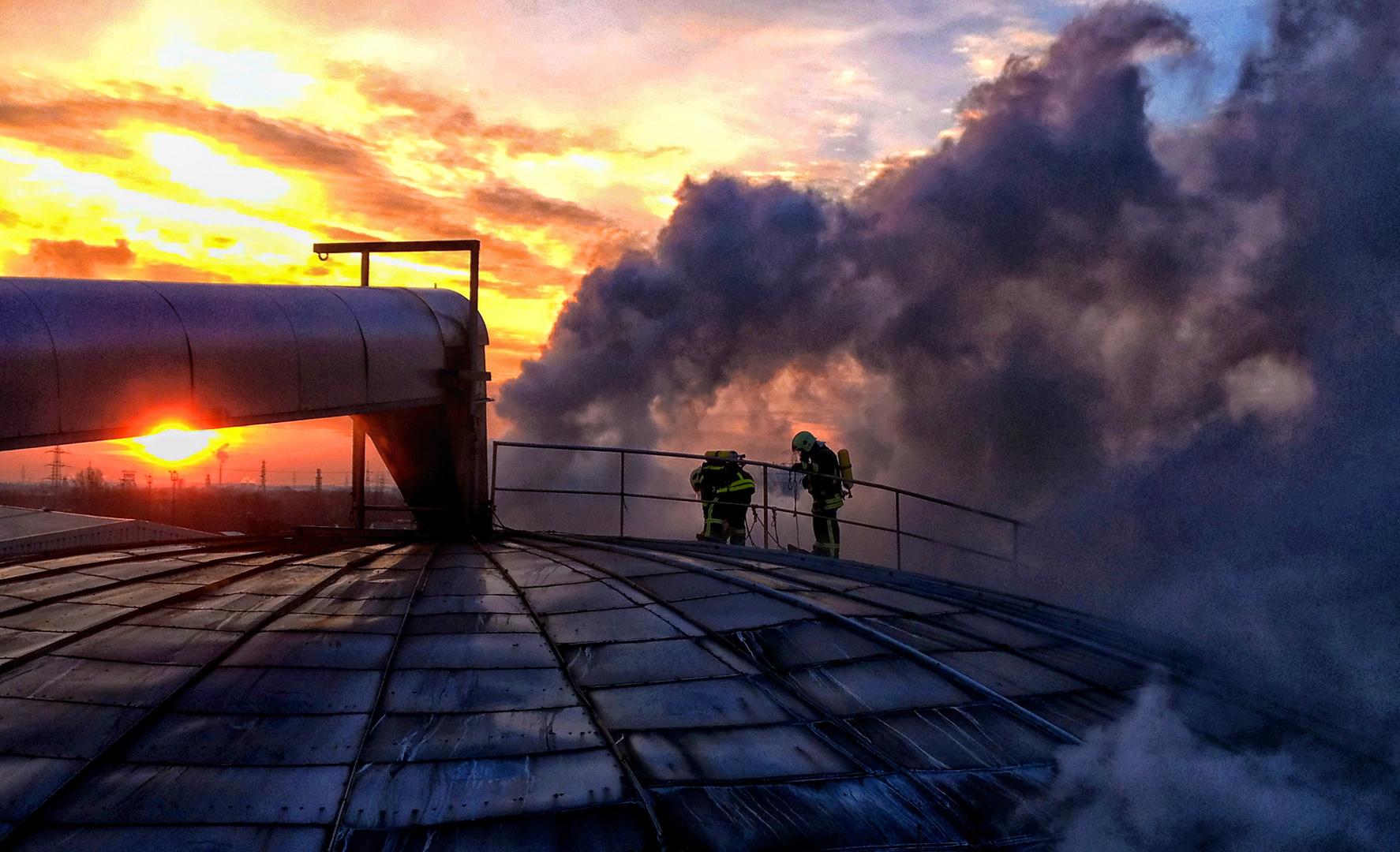 Atemschutztrupp bei Sonnenaufgang