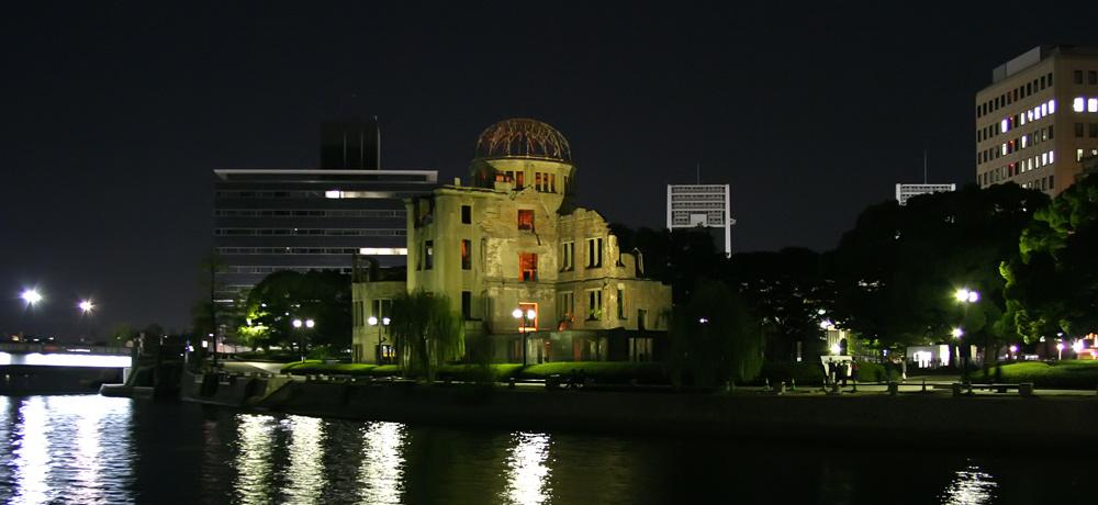 Atombombenkuppel in Hiroshima bei Nacht