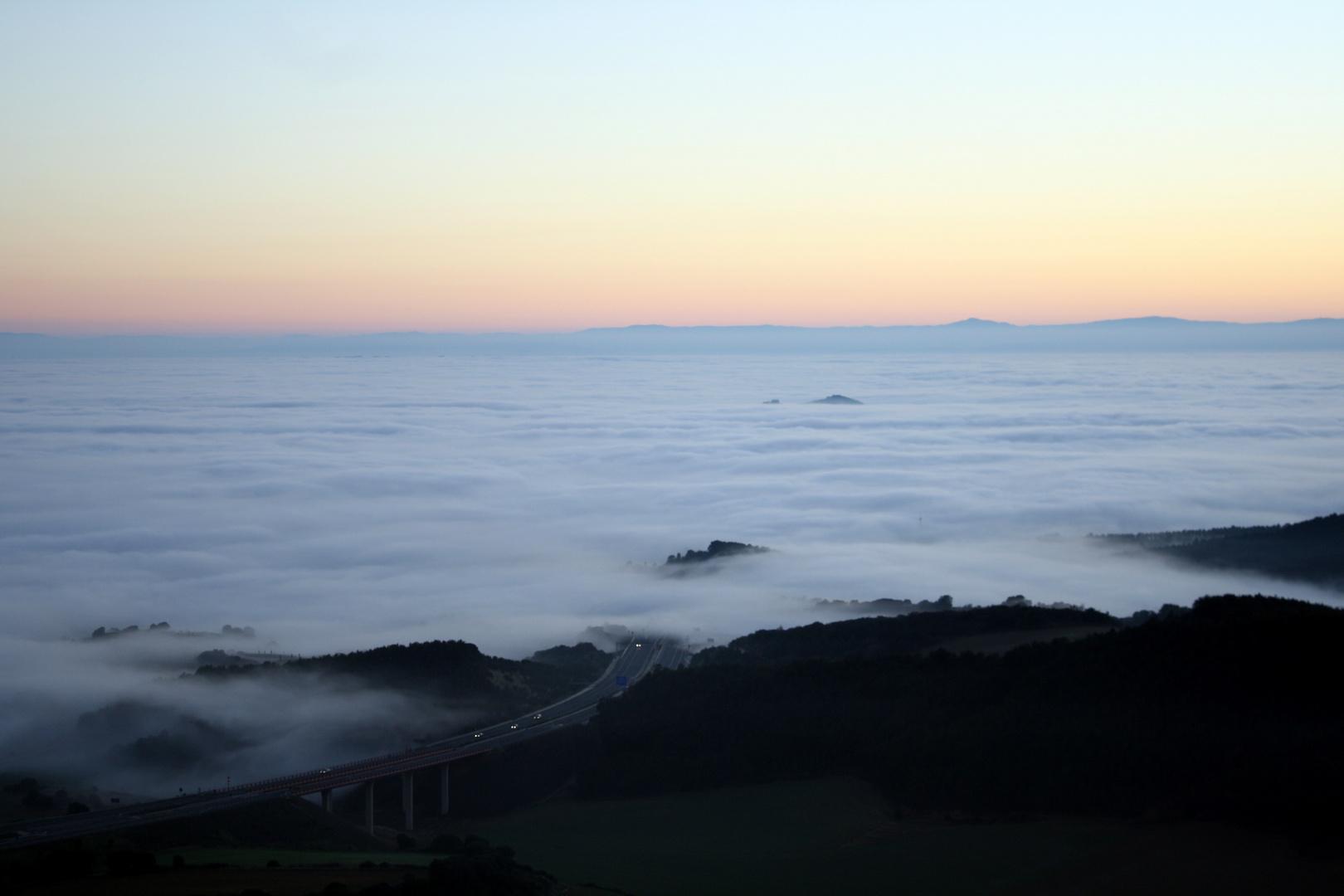 Atradecer sobre la niebla