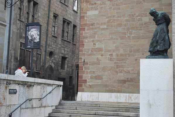 Attendre devant la cathédrale