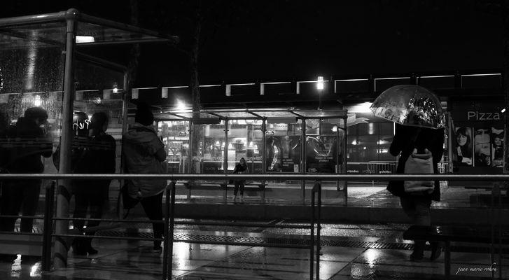 Attente pour le tram sous la pluie