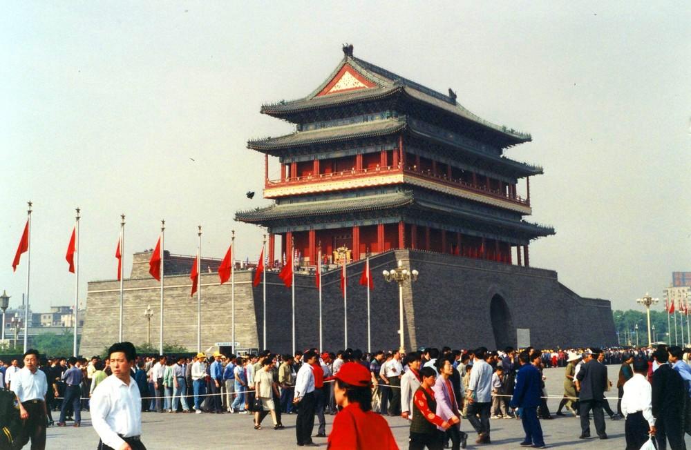 Attente resignee devant le mausolee de Mao