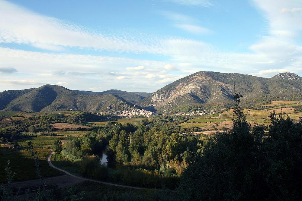 Au centre de la photo, le vilage de Roquebrun ( Hérault )