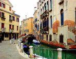Au long du canal à Venise .