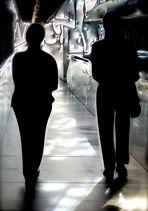 Au Mucem, deux visiteurs dans une coursive…