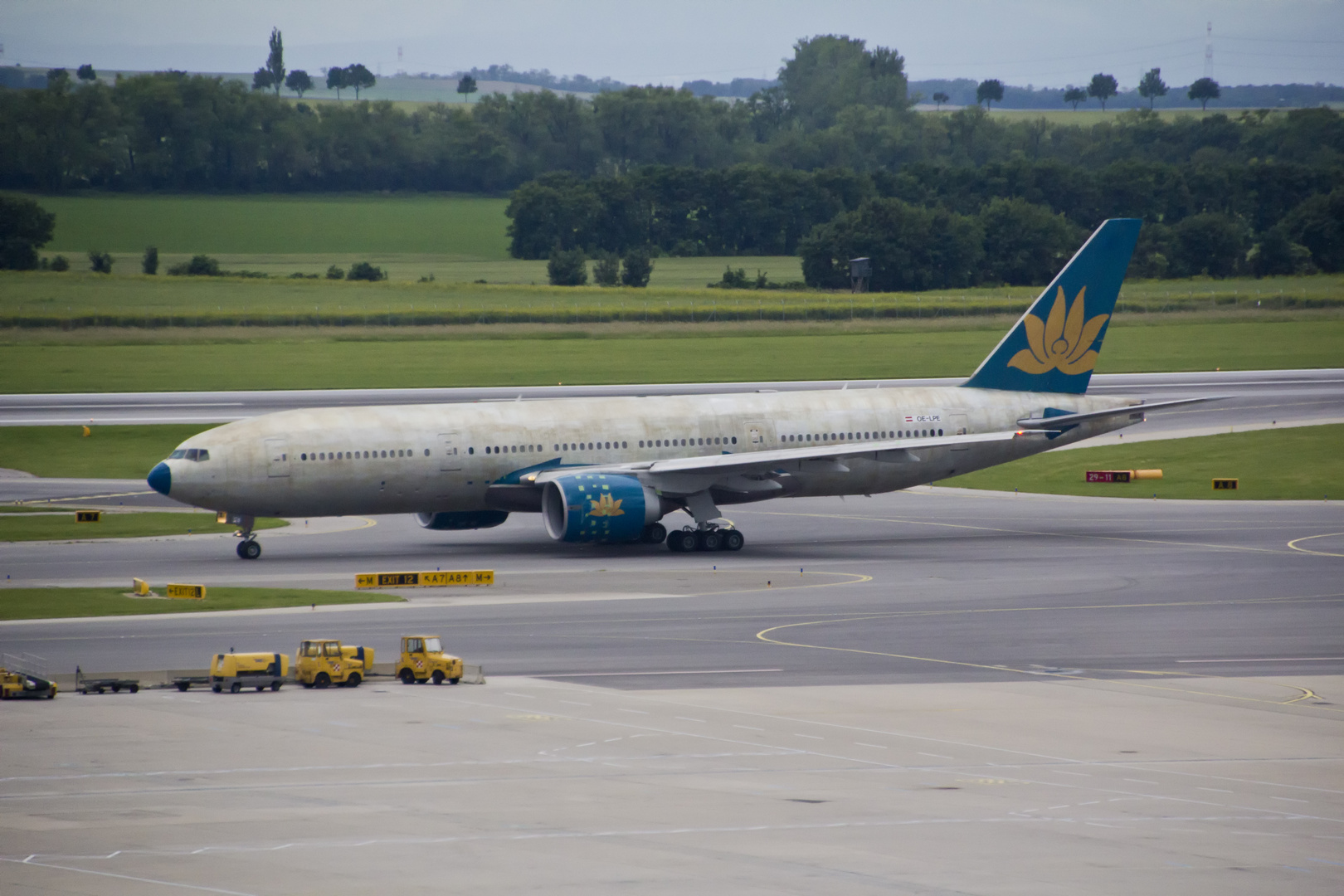 AUA Boeing 777 OE-LPE... (fast nackt )...