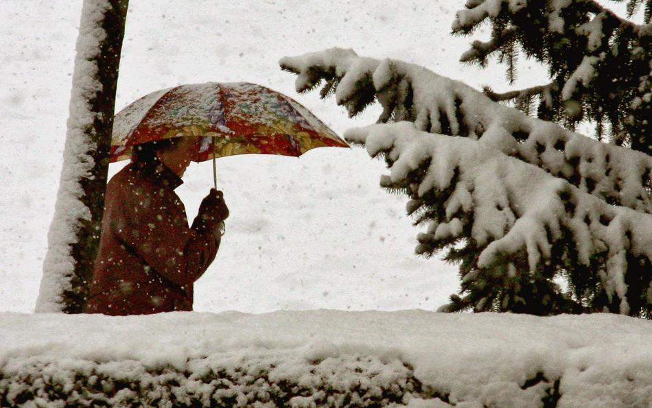 Auch beim Schneefall schützt ein Regenschirm!
