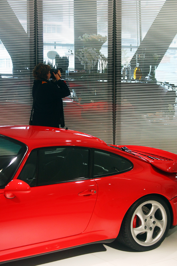 Auch ein Porsche kann sie nicht davon abhalten..