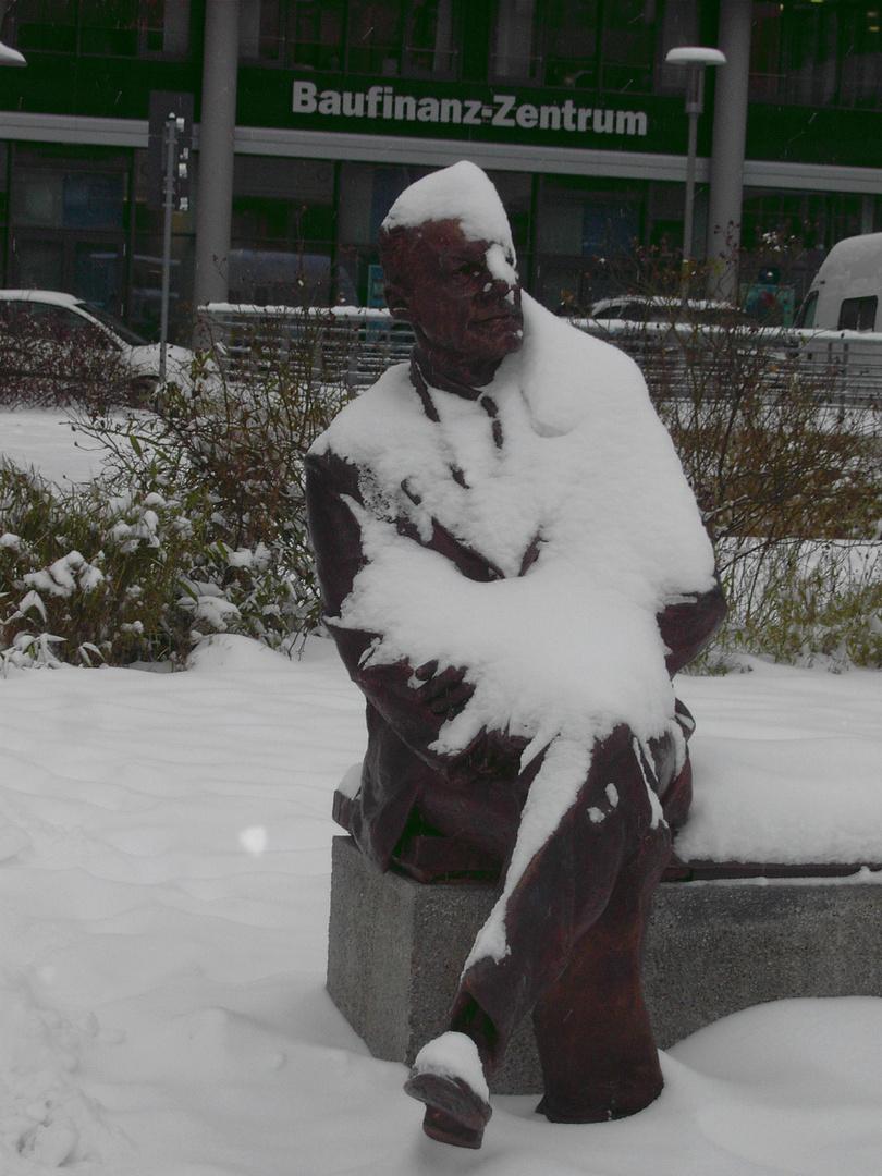 auch Willy ist vor Schnee nicht sicher