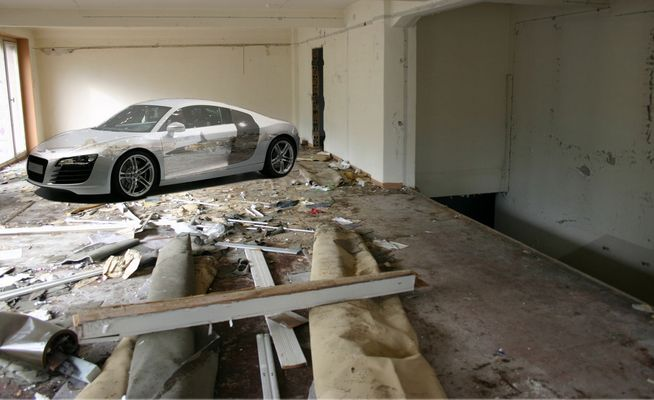 Audi R8 im demolierten Showroom