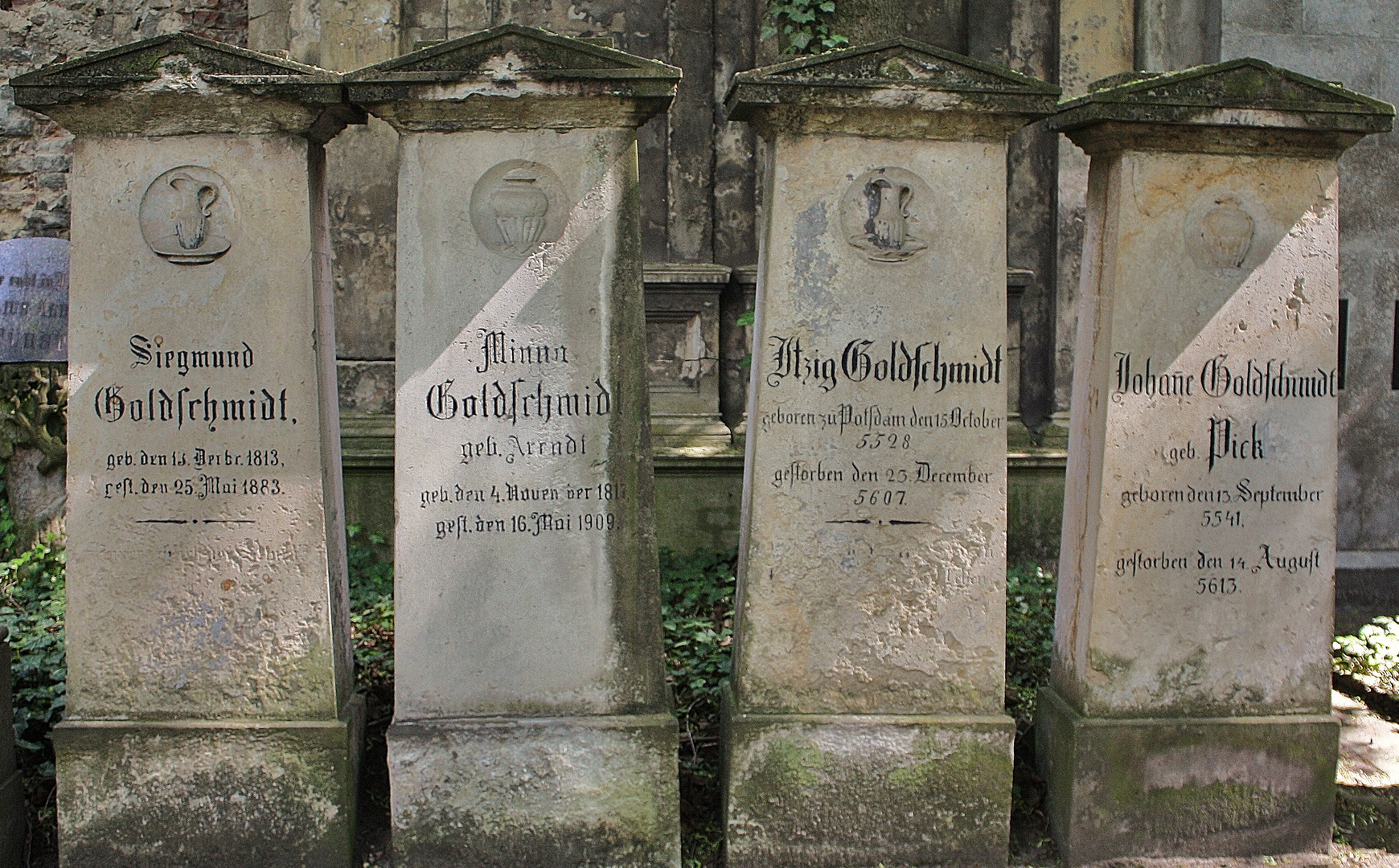 Auf dem Jüdischen Friedhof Prenzlauer Berg mit z.T. jüdischer Zeitrechnung