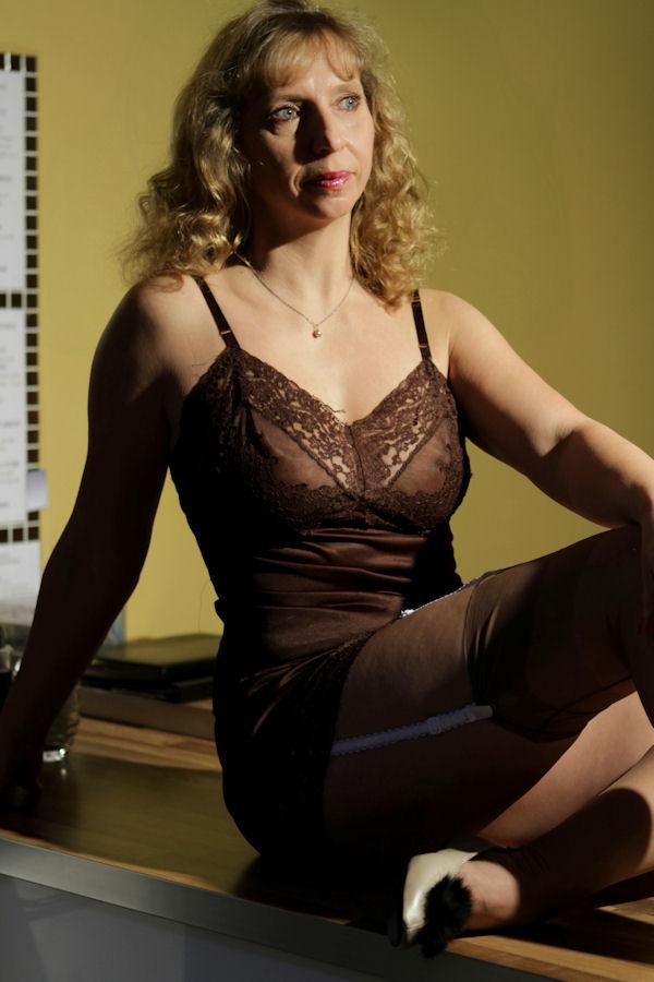 auf dem k chentisch foto bild modelle stellen sich vor weibliche modelle deutschland. Black Bedroom Furniture Sets. Home Design Ideas