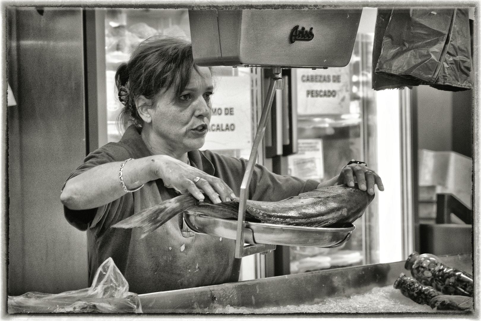 Auf dem Markt. 8. Die Fischhändlerin