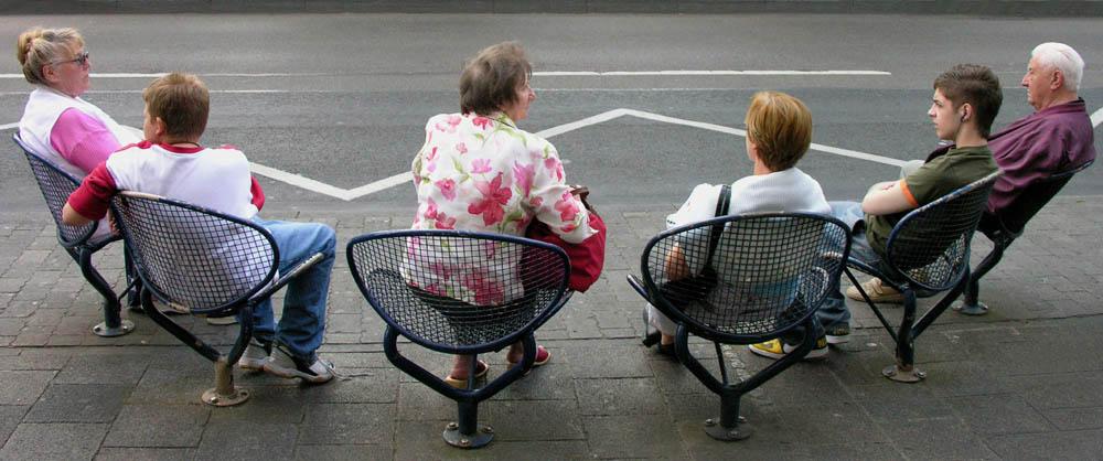 auf den Bus warten in Wiesbaden