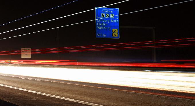 ... auf der Autobahn nachts um 1/2 Eins, ...
