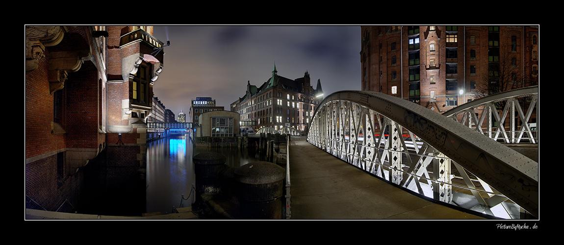 Auf der Brücke --> Speicherstadt ---> Hamburg