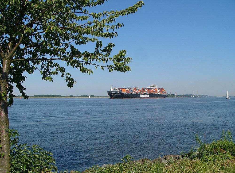 Auf der Elbe in Höhe des Alten Land. Wasser,Schiff und....