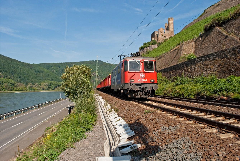 Auf der rechten Seite am Rhein entlang