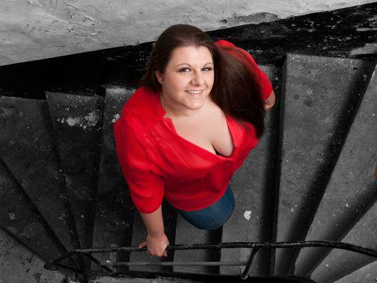 Auf der Treppe in Rot