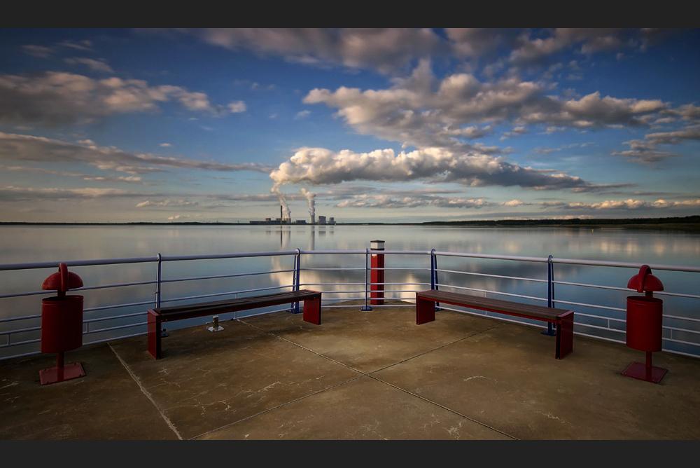 Auf einem Bootssteg am See