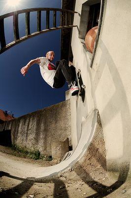 auf nem bauernhof kann man auch skateboard fahren.
