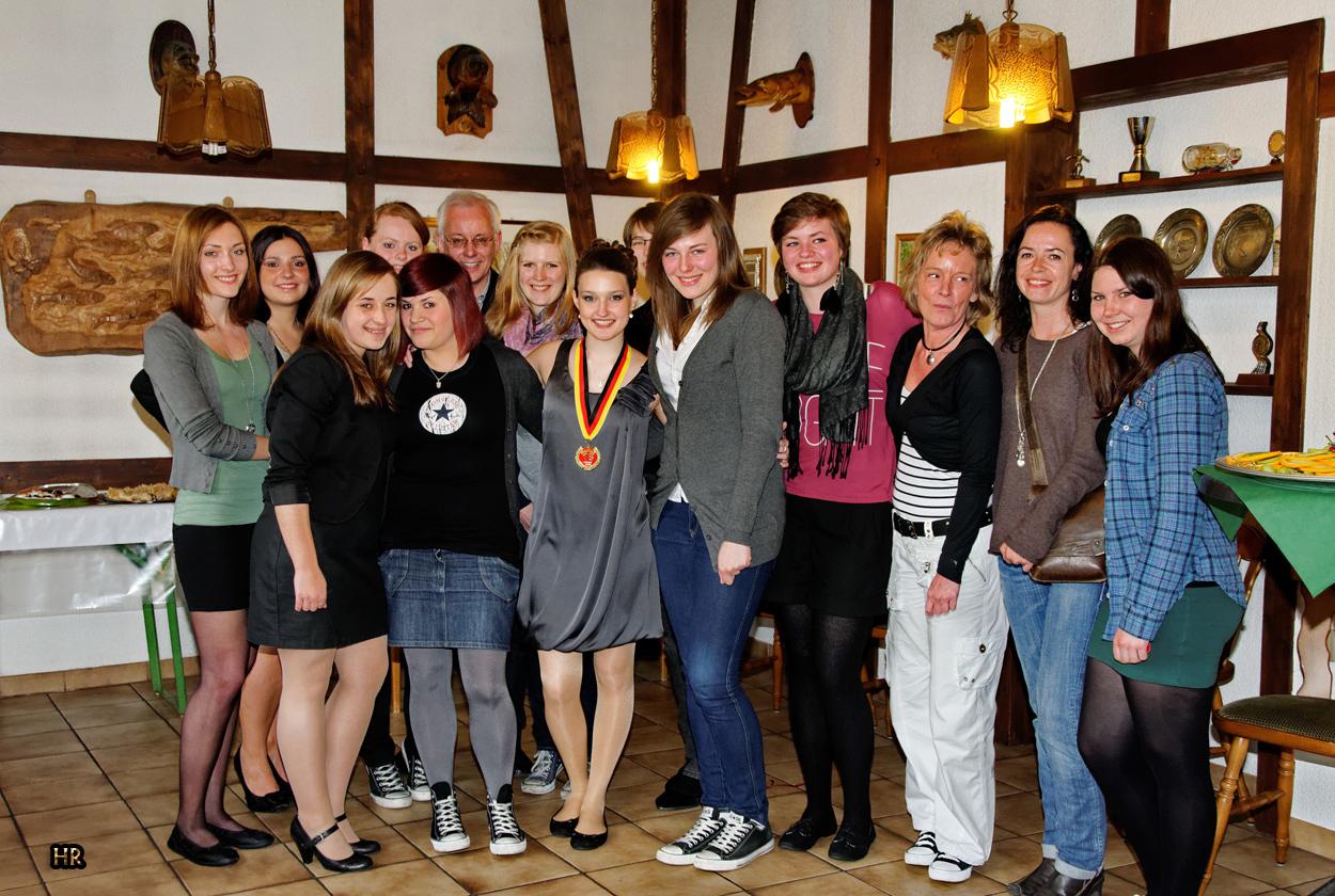 Auf Olgas Geburtstag mit Ihren Handballdamen und Trainer