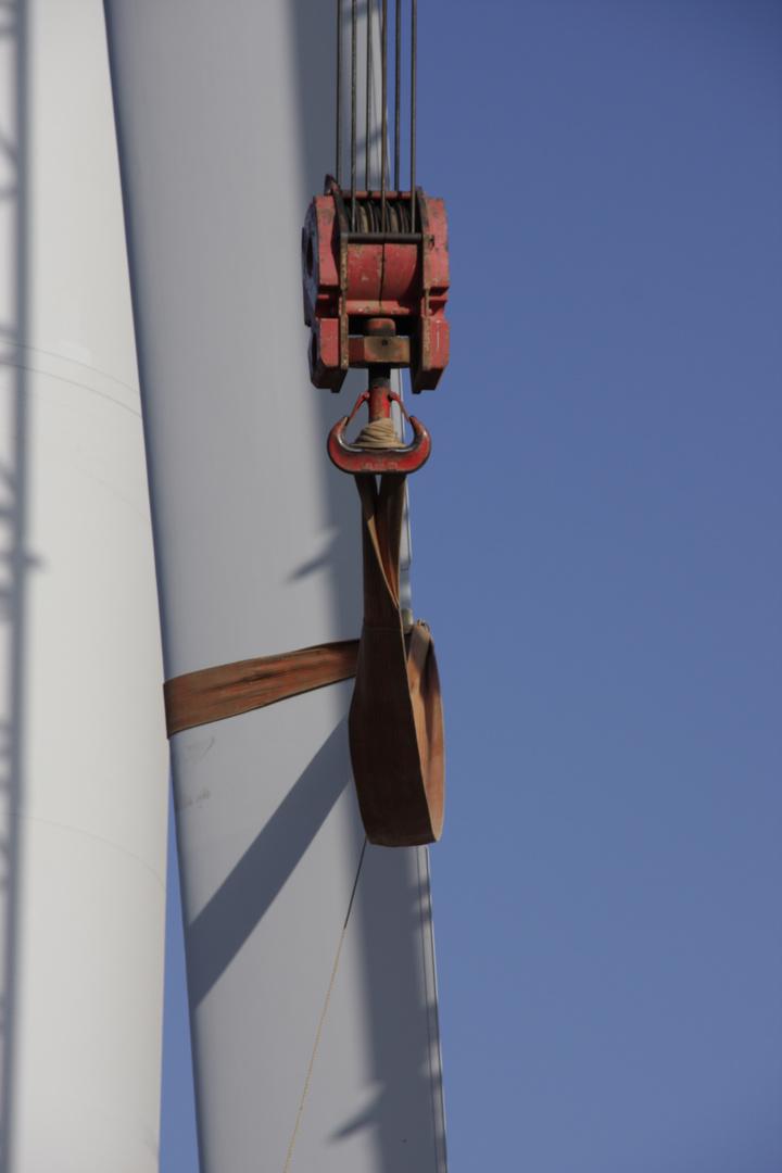 Aufbau einer Windkraftanlage, Montage Rotorblatt