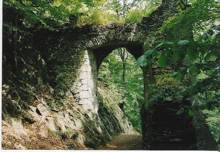 Aufgang zur Burgruine BEZDEZbei Mlada Boleslav in Tschechien