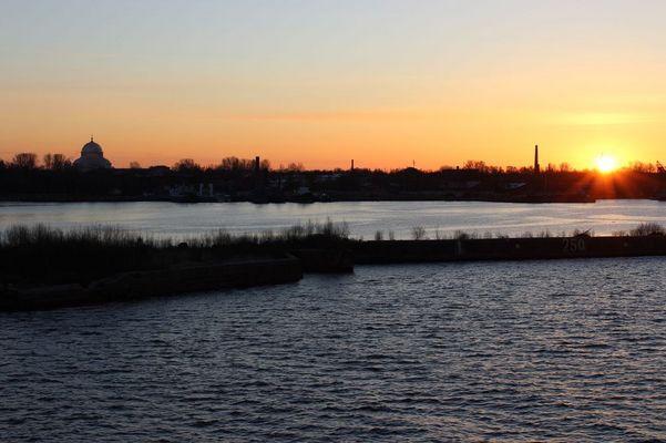 Aufgehende Sonne vor Kronstadt/Russland