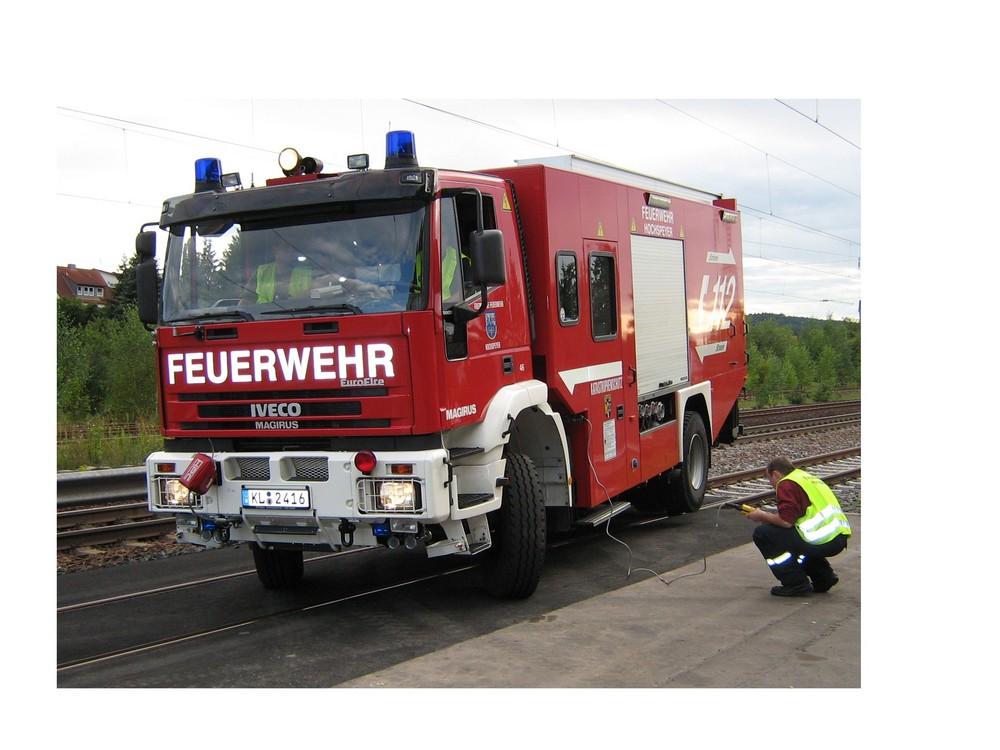 Aufgleisen eines Straßen- und Schienenfahrzeuges der Feuerwehr