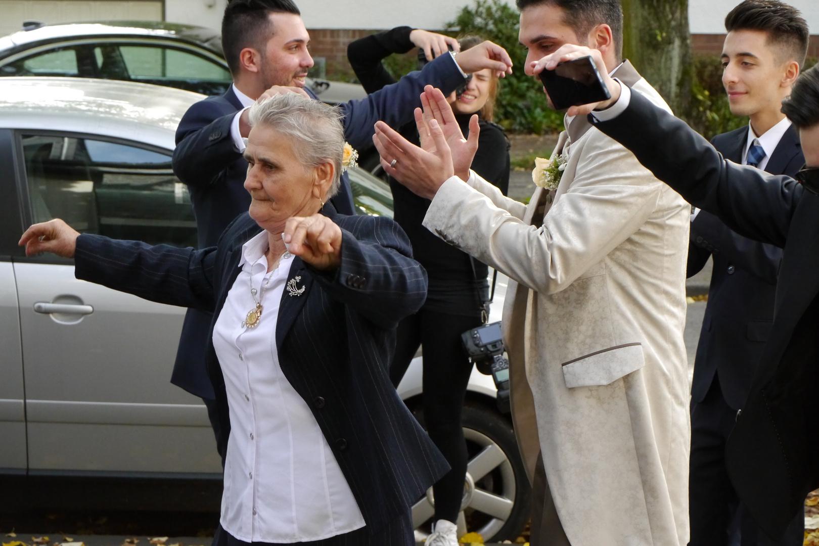 Auftakt, zu einer griechischen Hochzeit.